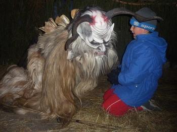 Un moderno Krampus spaventa i bambini nella sfilata di Tarvisio. Scatto di Pierino Beltrame da Flickr