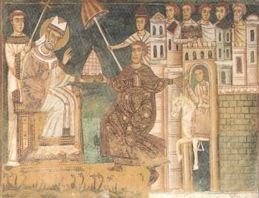 Grazie, Papa!! Per ringraziare il suo guaritore, Costantino gli dona un cavallo, un ombrello (simbolo del potere imperiale), e un modellino della città di Roma