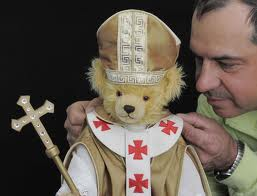 """Un dipendente della ditta """"Hermann"""" fa gli ultimi ritocchi a un orsacchiotto dedicato a Papa Benedetto"""
