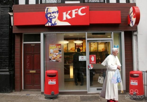 Quaresima 2007. In una campagna pubblicitaria di sicuro impatto, la Kentucky Fried Chicken sfoggia cartonati a grandezza naturare di Papa Benedetto... che lascia felice il fast food, portando a casa un succulento spuntino interamente a base di pesce. Beato lui!