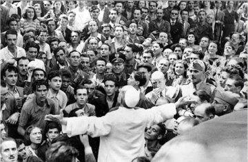 """Luglio 1943: la """"teatrale"""" preghiera di Papa Pio XII nel quartiere di San Lorenzo, distrutto da un bombardamento."""