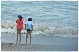 24 giugno 2014, giorno 23 dei miei #100happydays. In vacanza al mare, guardare i bambini che giocano a prendere le onde sulla battigia. Una ventina d'anni fa c'eri tu, esattamente nello stesso posto, a fare esattamente lo stesso gioco.