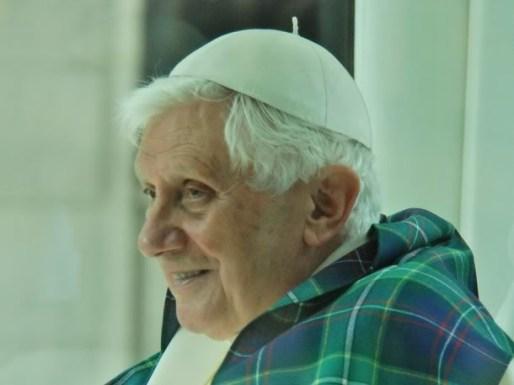 Benedetto XVI indossa il tartan a lui dedicato, durante la sua visita in Scozia.