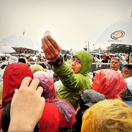 Dall'account Instagram di @jerardeusebio | Passing Jesus on, one hand at a time. This is the scene during communion at the Pope's Sunday Mass, Quirino Grandstand, January 18, 2015. #PopeFrancisinthePhilippines #PopeTYSM #Philippines #PopeFrancis #QuirinoGrandstand
