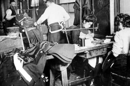 Operai della Triangle al lavoro, in una foto d'epoca