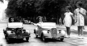 France e Marienne percorrono gli Champs Elysees sulle loro cabriolet Citroen. Che funzionavano davvero!