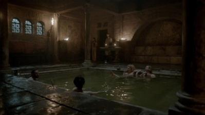 """Scatto rubato al (bel) telefilm """"Vikings"""", per mostrare re Ecgbehrt del Wessex offrire un bagno caldo ai suoi alleati (ca. 800 d.C.)"""