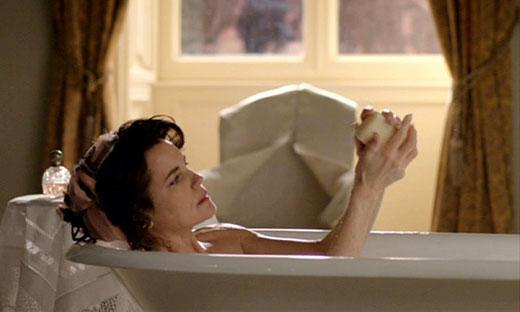 """Uomini del 2000! Prendete esempio da Lady Cora di """"Downton Abbey"""", che, con grande sprezzo del pericolo, si diletta in frequenti bagni caldi, negli anni '10 del '900!"""