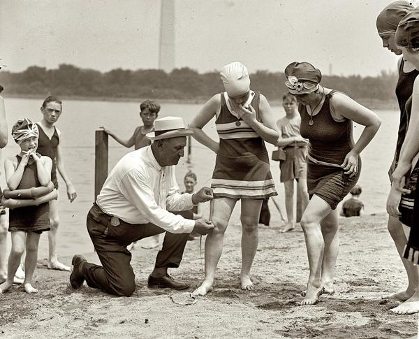Un ufficiale di polizia misura la distanza tra l'orlo del costume da bagno e le ginocchia delle bagnanti (Chicago, 1922)
