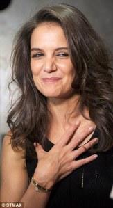 """Katie Holmes, un'espressione poco sveglia, e un immancabile """"Love Bracelet"""" al polso"""