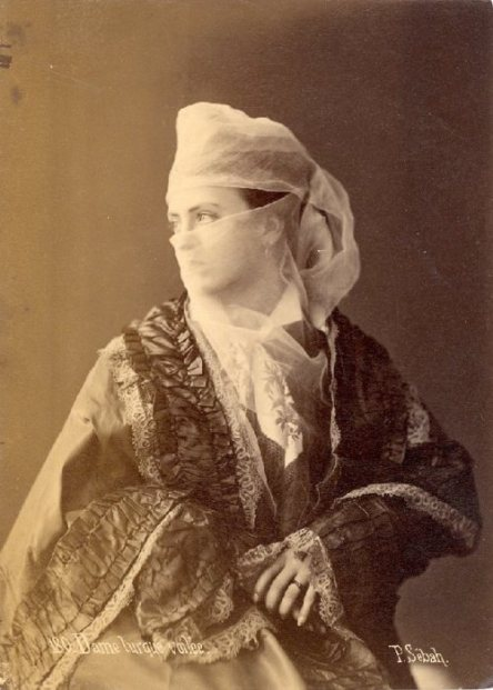 Turkish-woman-wearing-a-yasmak.